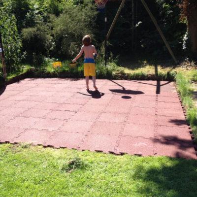 elastischer-gummiboden-fitnessboden-elastik-gummigranulat-fliese-platte-fitness-fallschutz-outdoor-sport-basketball