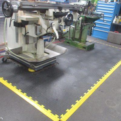 industrieboden-kfz-boden-werkstatt-drehbank-ultragrip-pvc-fliese-platte-produktion-1