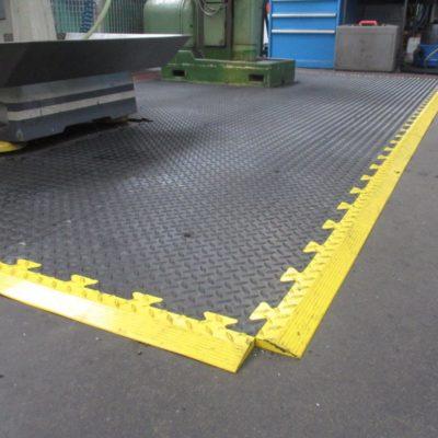 industrieboden-kfz-boden-werkstatt-drehbank-ultragrip-pvc-fliese-platte-produktion-4