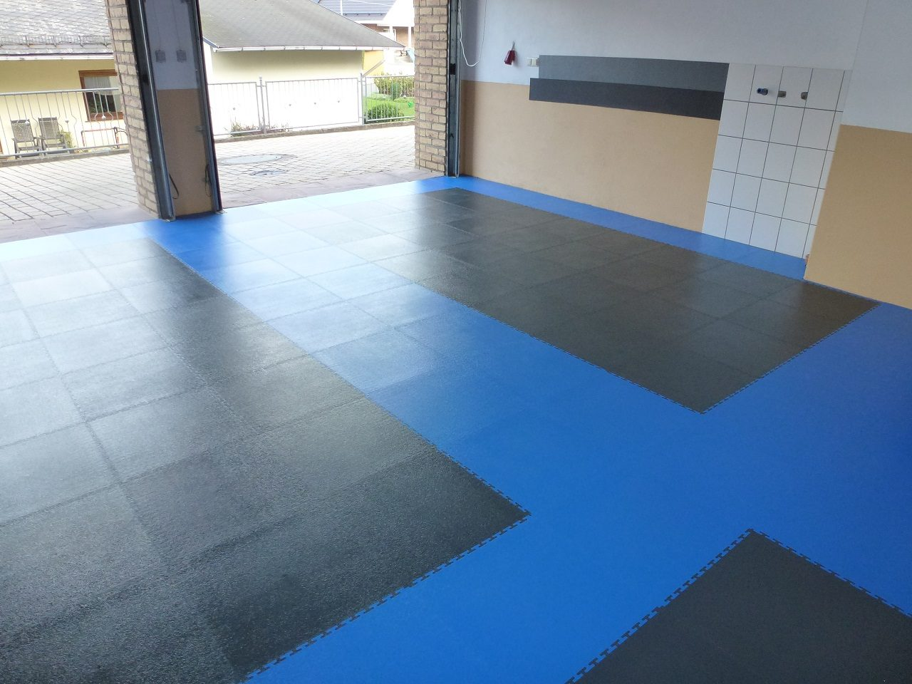 pvc garage floor with click system of tiles pvc flooring for the garage j ger plastik. Black Bedroom Furniture Sets. Home Design Ideas
