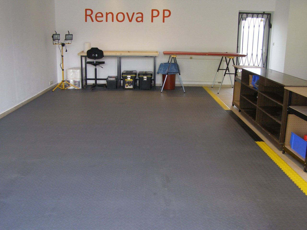 pvc garage floor with click system of tiles / pvc flooring for the